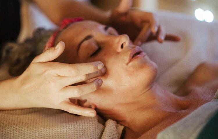 masaż twarzy w domu